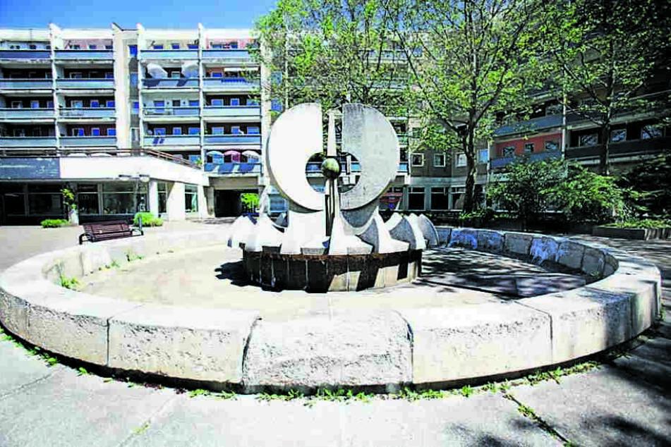 Auf der Ostseite am Neustädter Markt steht der völlig marode Betonbrunnen.
