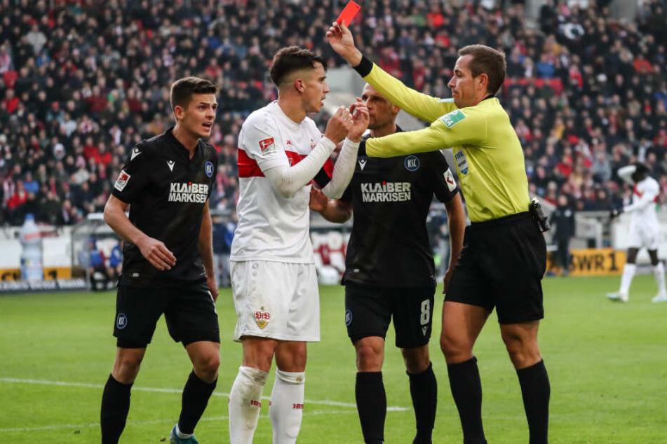Schiedsrichter Tobias Stieler (r) zeigt VfB-Kapitän Marc-Oliver Kempf (2.v.l) nach einem Foulspiel die Rote Karte.