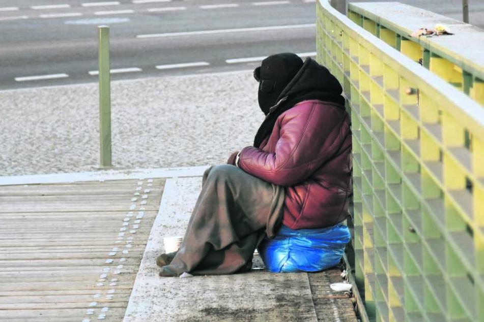 Obdachlose in der Kälte - viele Menschen gehen achtlos vorbei.