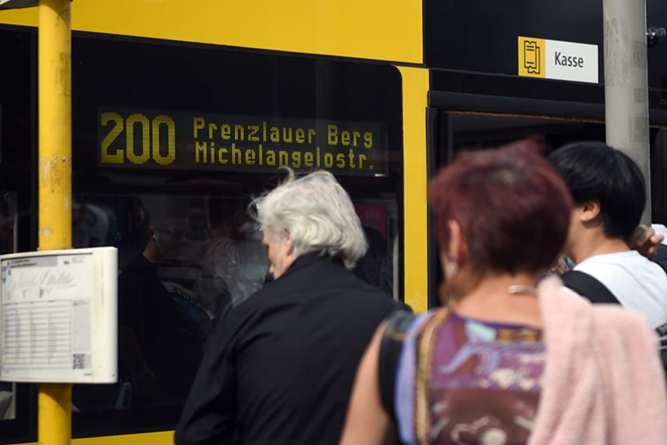 Bald dürfen Berliner an allen Türen eines Busses einsteigen.
