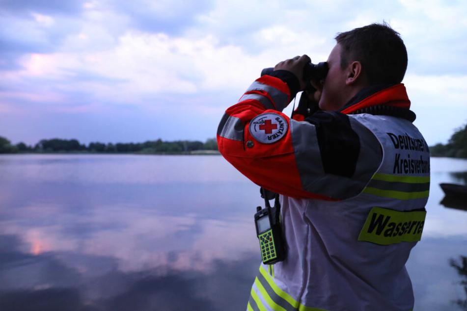 Ein Wasserretter vom Deutschen Roten Kreuz sucht den Dippelsdorfer Teich nach einem Vermissten ab. Die Ehrenamtlichen investieren viele Stunden ihrer Freizeit zum Wohl der Allgemeinheit.