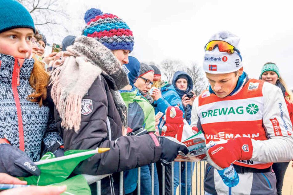 Johannes Klaebo schrieb nach dem Rennen fleißig Autogramm. Die Skifans standen schlange.