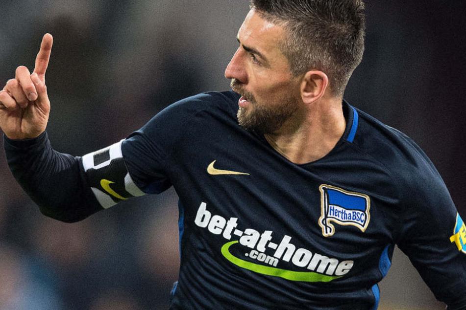 Herthas Torschütze Vedad Ibisevic jubelt nach seinem Treffer zur 1:0 Führung gegen Köln. Auf der Brust das Logo von bet-at-home.