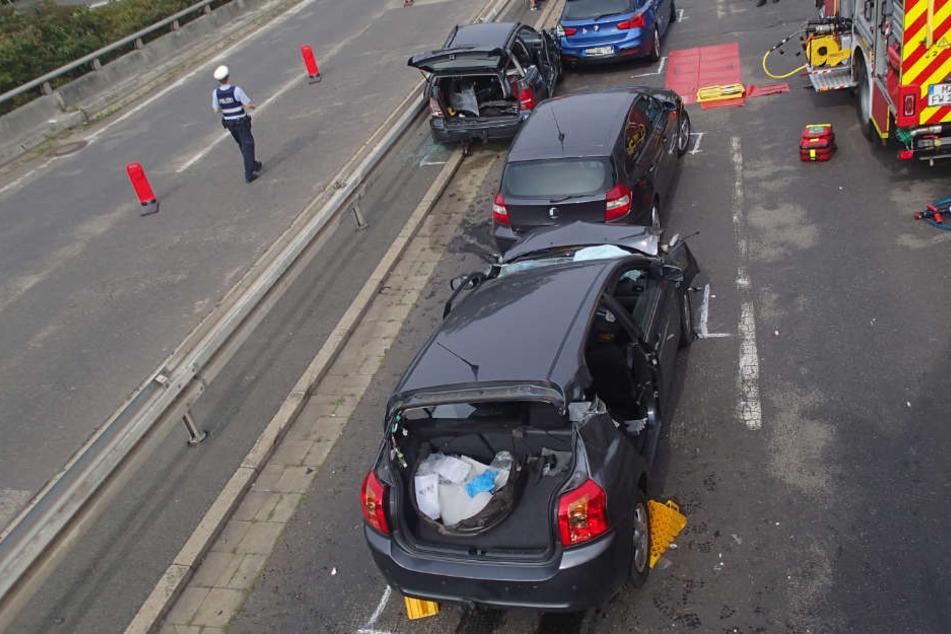 Zwei der drei schwerverletzten Frauen mussten aus ihren Fahrzeugen befreit werden.