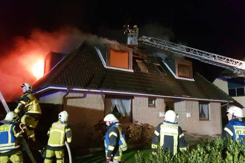Mit Drehleitern versucht die Feuerwehr den Brand zu löschen.
