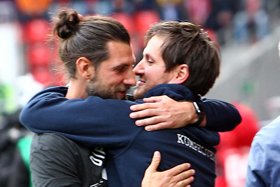 Hannes Drews (r.) umarmte nach dem Spiel seinen Co-Trainer Robin Lenk.