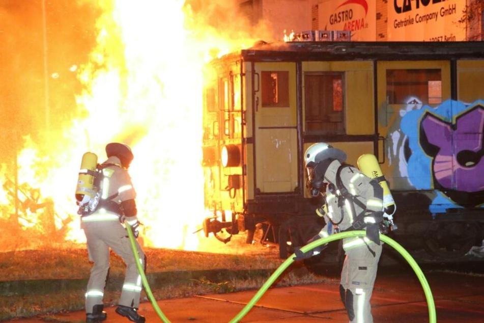 Bei einem Europaletten-Brand wurde eine historische U-Bahn beschädigt.