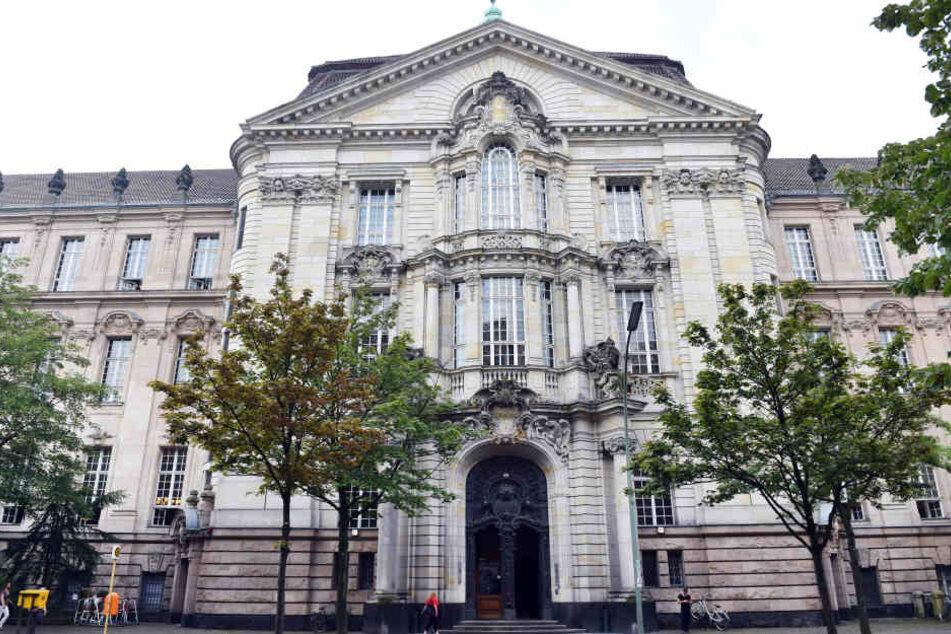 Ein 49-Jähriger steht vorm Berliner Landgericht, weil er seine Ehefrau umgebracht haben soll.