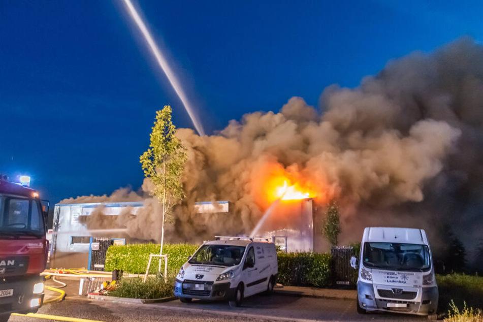 Meterhohe Flammen schossen aus dem Firmengelände in die Höhe.