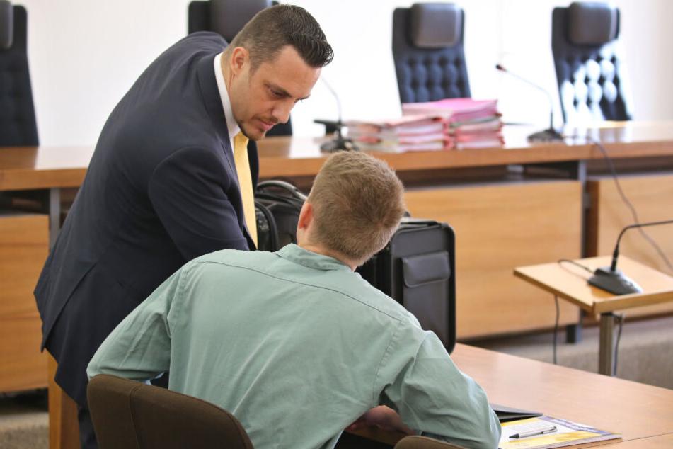 Ein 22-Jähriger sitzt im Landgericht neben seinem Rechtsanwalt Werner Hamm (l) auf der Anklagebank.