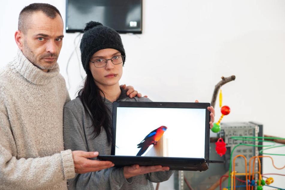 Christian van der Linde (44, l.) und Anna Buchmann (22) bleiben erstmal nur die Fotos ihres bunten Mitbewohners.