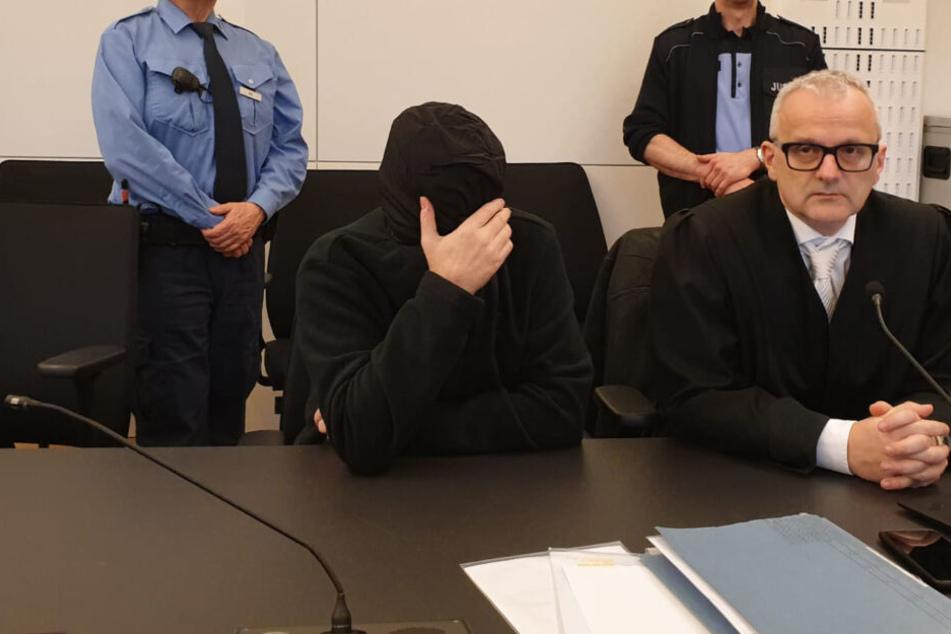 Der Angeklagte am Dienstagmorgen im Landgericht Dresden. Neben ihm Verteidiger Andreas Boine (rechts).