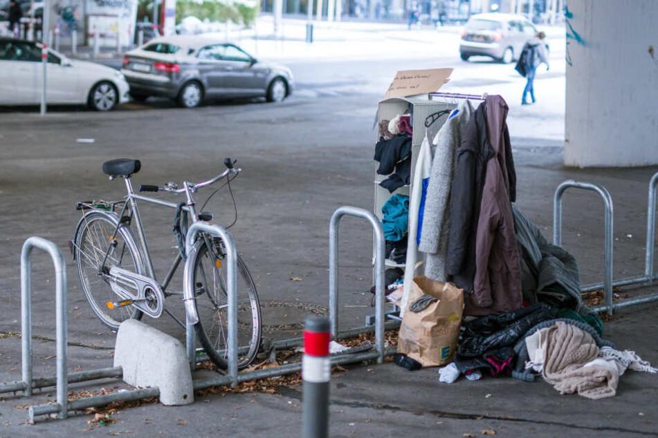 Kleiderständer zum Geben und Nehmen von Winterkleidung auf in der Stuttgarter Innenstadt.