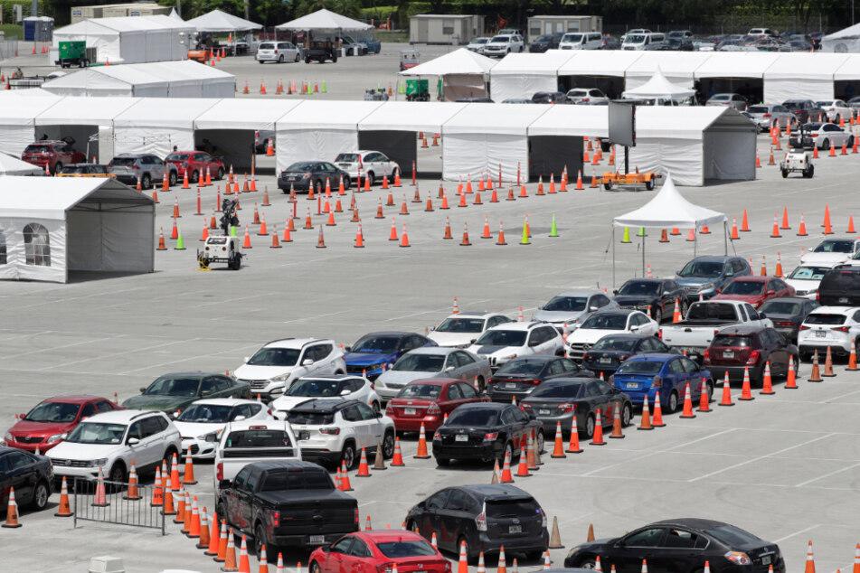 Miami Gardens: Autos stauen sich auf einem Gelände, auf dem eine Drive-Thru-Station für Covid-19-Tests errichtet wurde.