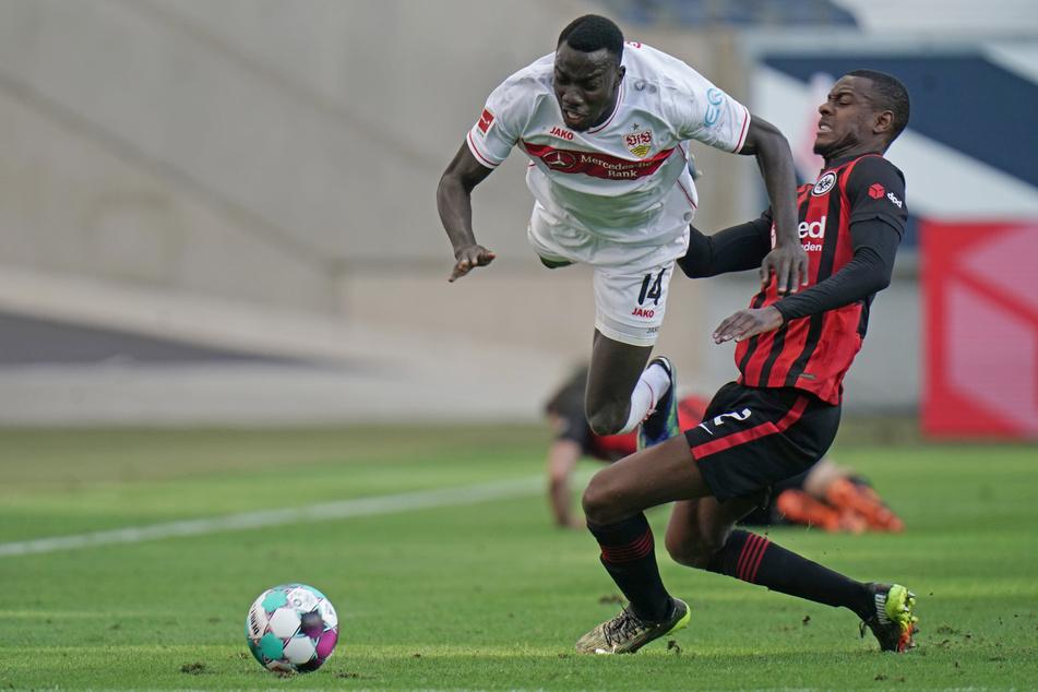 Eintracht Frankfurts Evan Ndicka (r.) holt Silas Wamangituka vom VfB Stuttgart unsanft und regelwidrig von den Beinen.