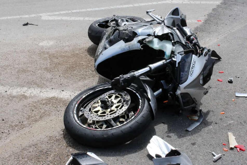 Der Kradfahrer wurde bei dem Unfall schwer verletzt. (Symbolbild).