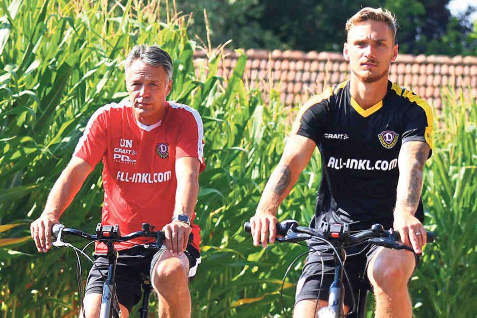 Das Rad als gängiges Fortbewegungsmittel im Camp, hier sind Trainer Uwe Neuhaus (l.) und Linus Wahlqvist unterwegs.Der Coach war mit der Integration und den Leistungen des schwedischen Neuzugangs auf dem Platz sehr zufrieden.