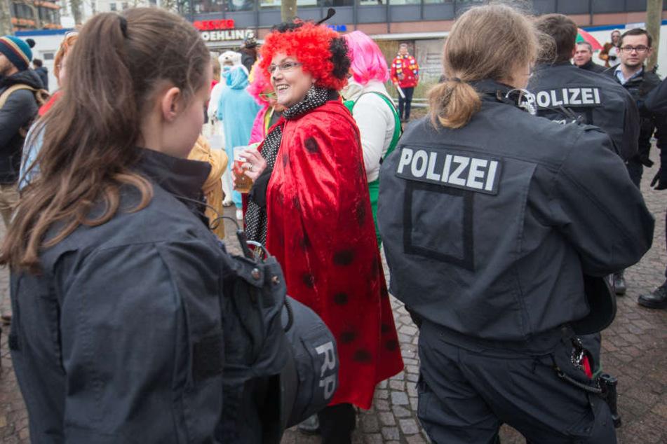 Die Polizei bei einem Karnevalsumzug. (Symbolbild)