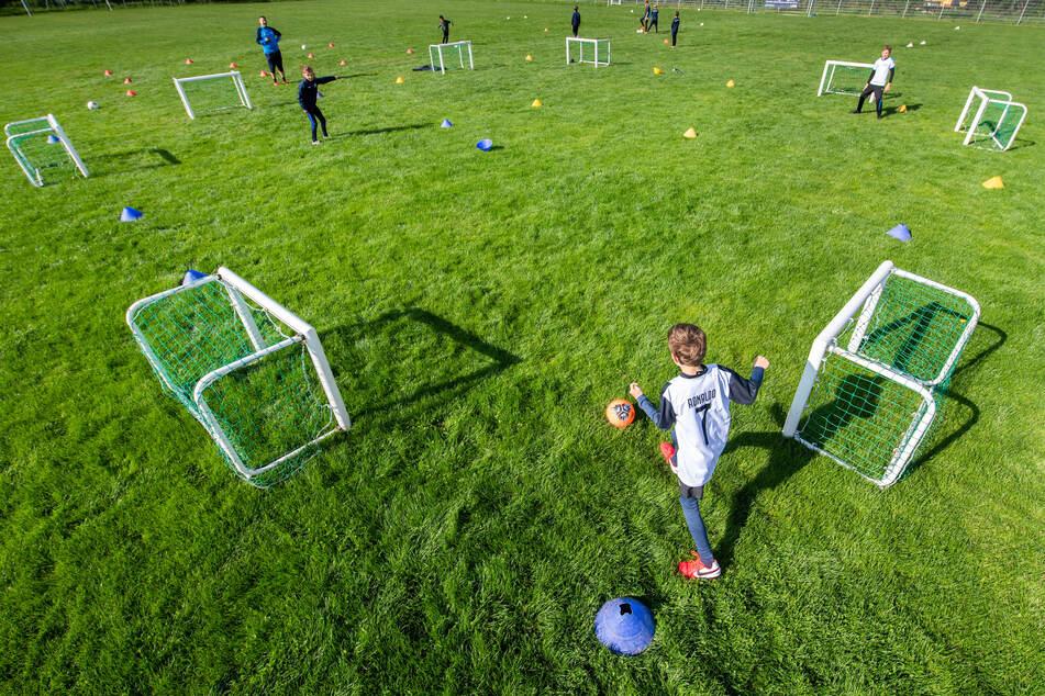 In der Schule Fußball spielen ist okay, die Amateure dürfen in Schleswig-Holstein aber noch nicht an den Ball. (Symbolbild)