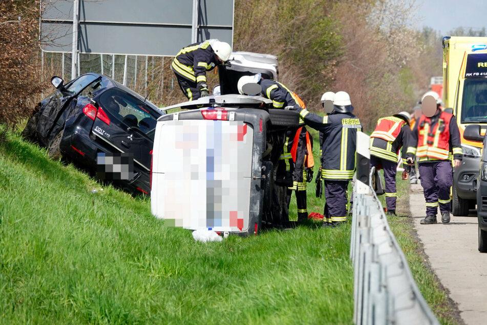Die Einsatzkräfte der Feuerwehr mussten die Insassen des Mitsubishi (links) aus dem Autowrack befreien.