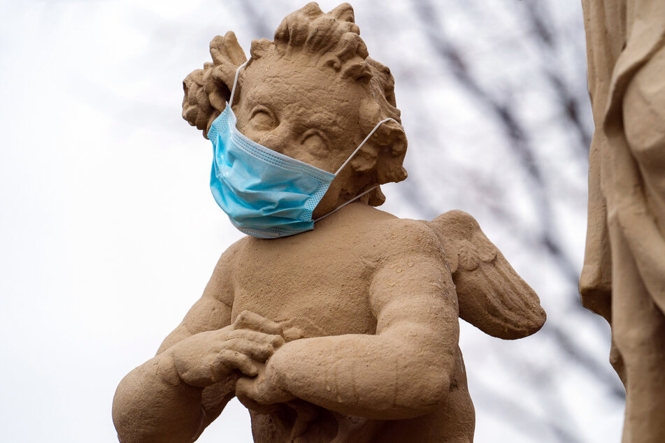 Bayern, Ebing: Einer Engelsskulptur wurde von Unbekannten einen Mund-Nasen-Schutz aufgesetzt.