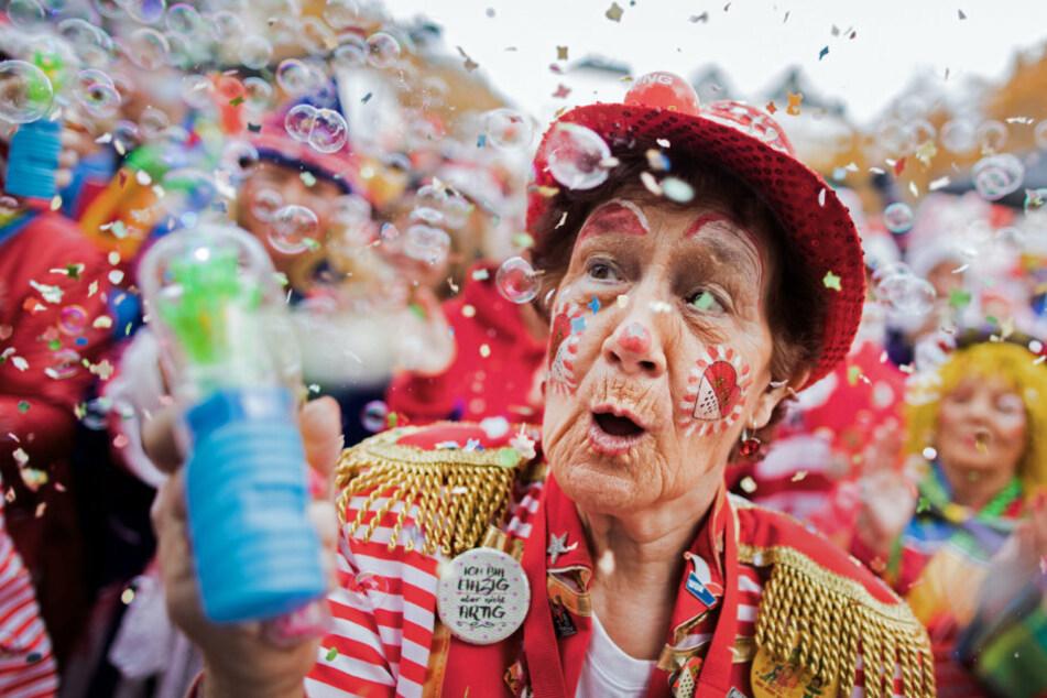 Köln: Jecken feiern auf dem Heumarkt den Auftakt der Karnevalssession.