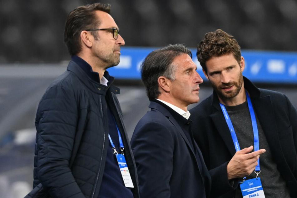 Herthas Manager Michael Preetz (53, l-r), Trainer Bruno Labadia (54) und Sportdirektor Arne Friedrich (41) stehen vor Spielbeginn nebeneinander.