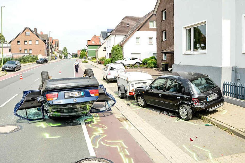 Die Frau krachte erst gegen geparkte Autos und einen Anhänger.