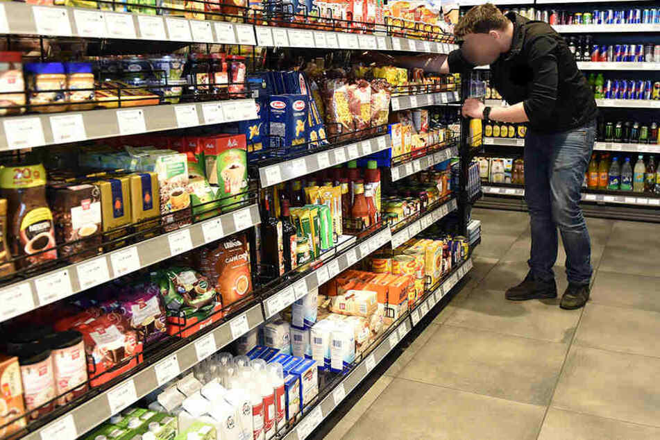 Bewaffnete Person betritt Supermarkt: Ihr glaubt nicht, was sie klaut