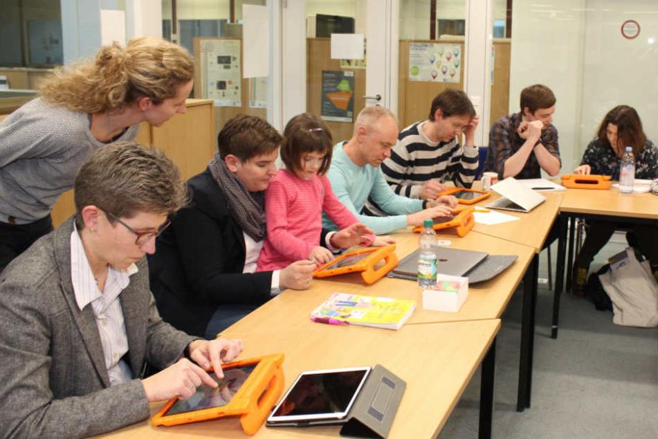 Schulleitung, Auftraggeber und Projektbegleiter durften die Software ausprobieren.