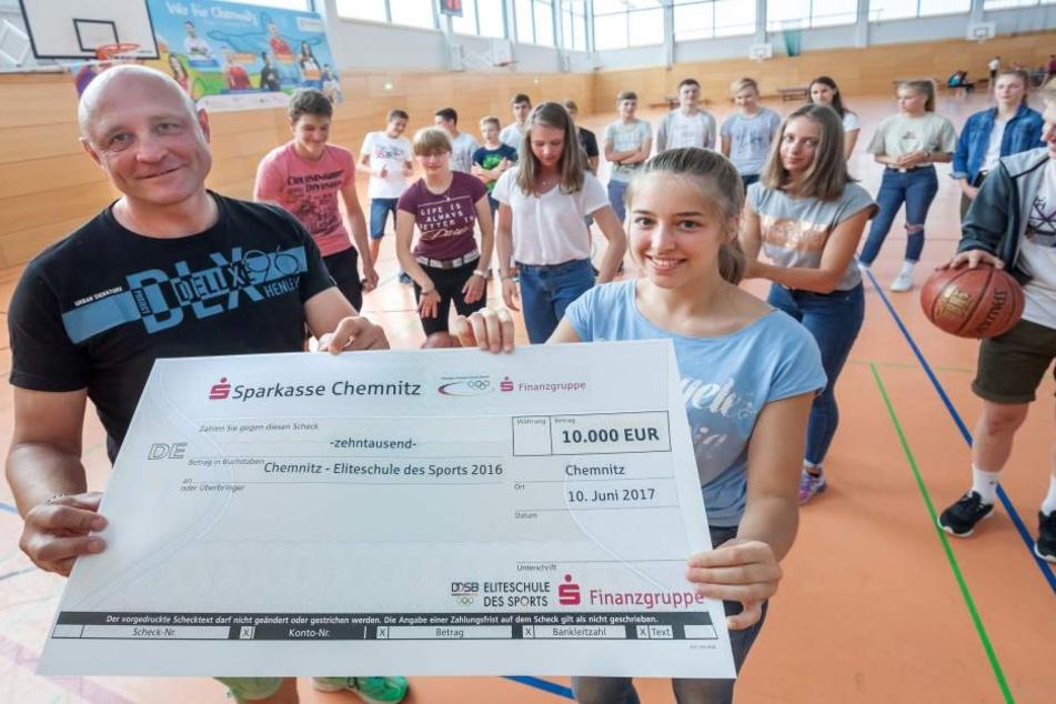 Jörg Bretschneider (50) und Leichtathletin Lilli Schröder (15) freuen sich über 10.000 Euro von der Sparkasse und dem DOSB.