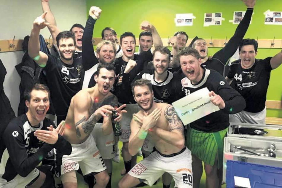 Der HC Elbflorenz feierte in der Kabine seinen Überraschungscoup beim HSC Coburg. Das Siegerbier hatten sich die Dresdner redlich verdient. Foto: Facebook/HC Elbflorenz