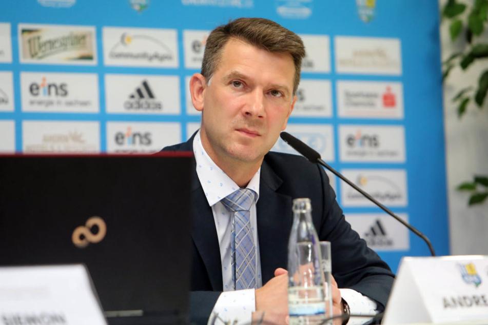Ein zweifelnder Andreas Georgi bei einer vorheriger Pressekonferenz des CFC.