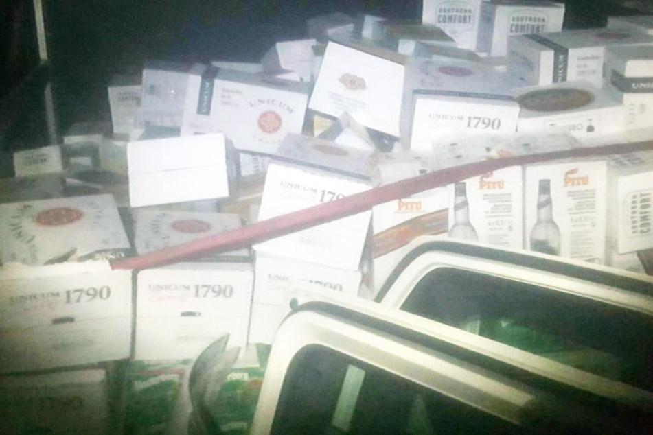 Im Transporter fanden sich mehr als 300 Kisten voller Spirituosen.