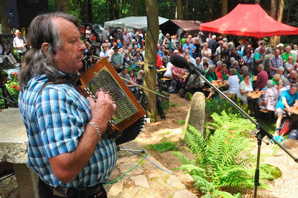 Das Gedenken an den erzgebirgischen Liedermacher Anton Günther (†1937) lockte im vergangenen Jahr 1200 Besucher in den Grenzort Weipert.