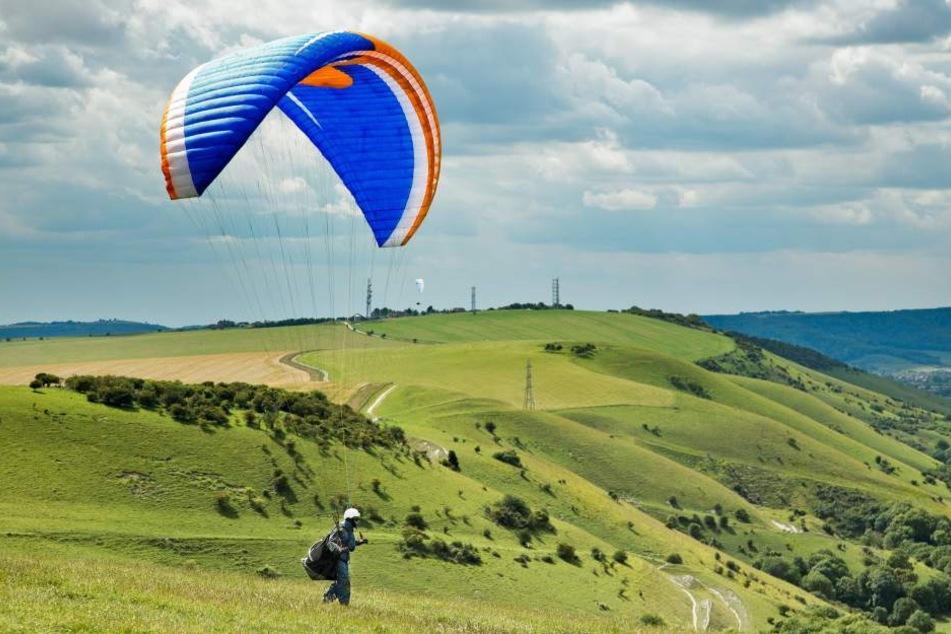 Der Urlauber stürzte mit seinem Paraglider ab. (Symbolbild)