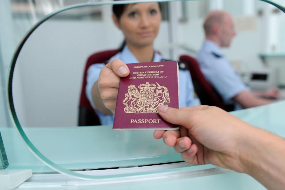 Bei Passkontrollen am Flughafen haben Beamte falsche Dokumente ausfindig gemacht.
