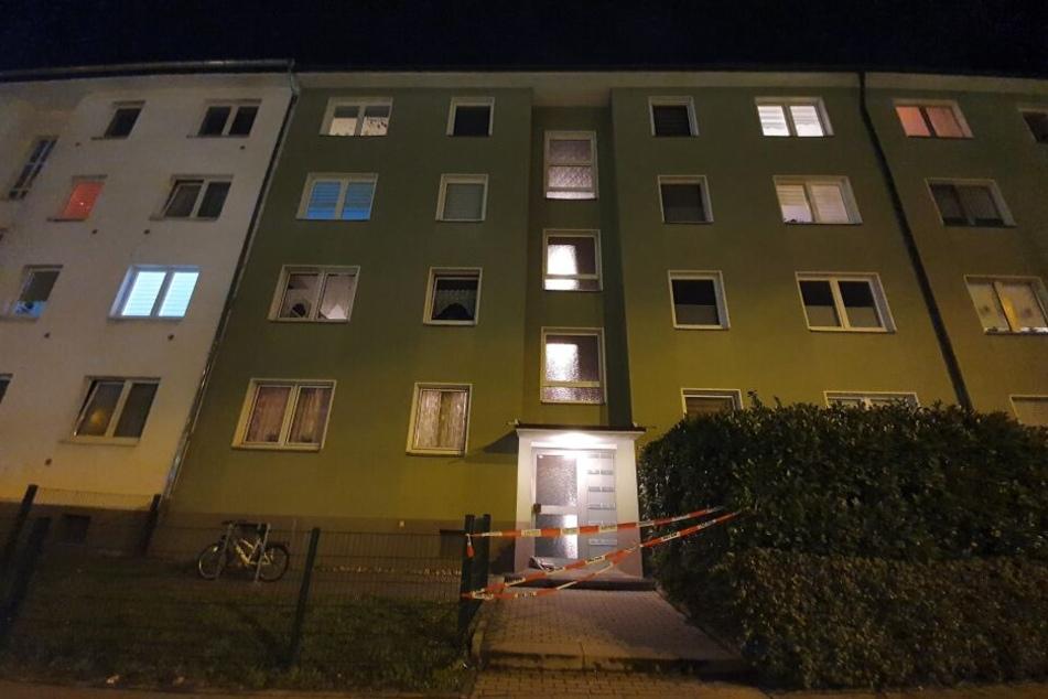 In dem Mehrfamilienhaus in Köln-Mülheim wurde eine Frauenleiche gefunden.
