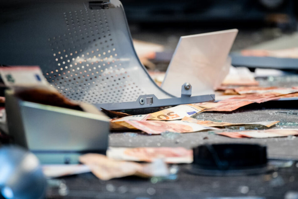 Auf ihrer Flucht hatten der oder die Täter mehrere Geldscheine fallen lassen (Symbolbild).