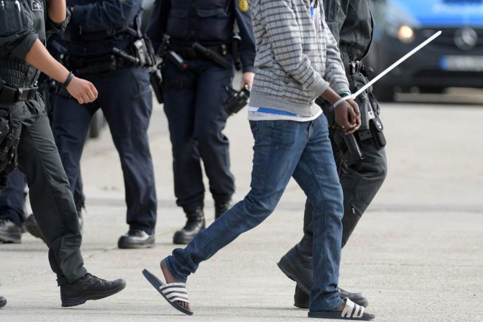 In der Landeserstaufnahmeeinrichtung für Flüchtlinge (LEA) wird ein gefesselter Mann von maskierten Polizisten abgeführt. Nun schaut sich der Innenausschuss den Fall an.