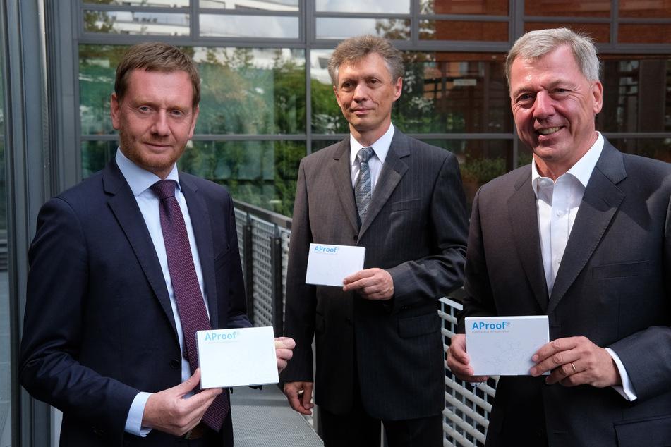 Ministerpräsident Michael Kretschmer (CDU), Prof. Ralf Hoffmann von der Uni Leipzig und Adversis-Chef Jörg Gaber präsentierten gestern den neuen Corona-Test der Öffentlichkeit.