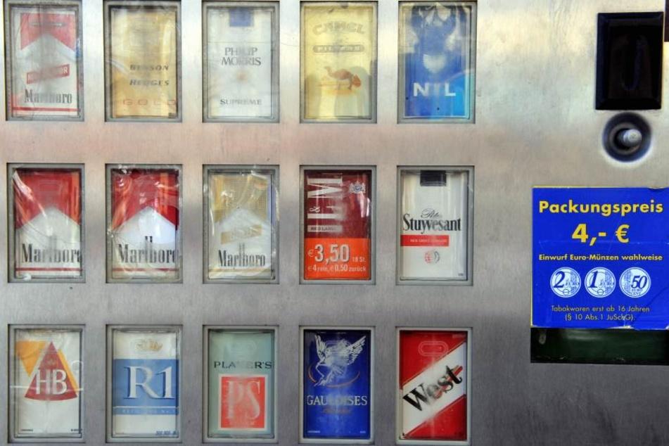 Diebe klauen Zigarettenautomat aus Restaurant