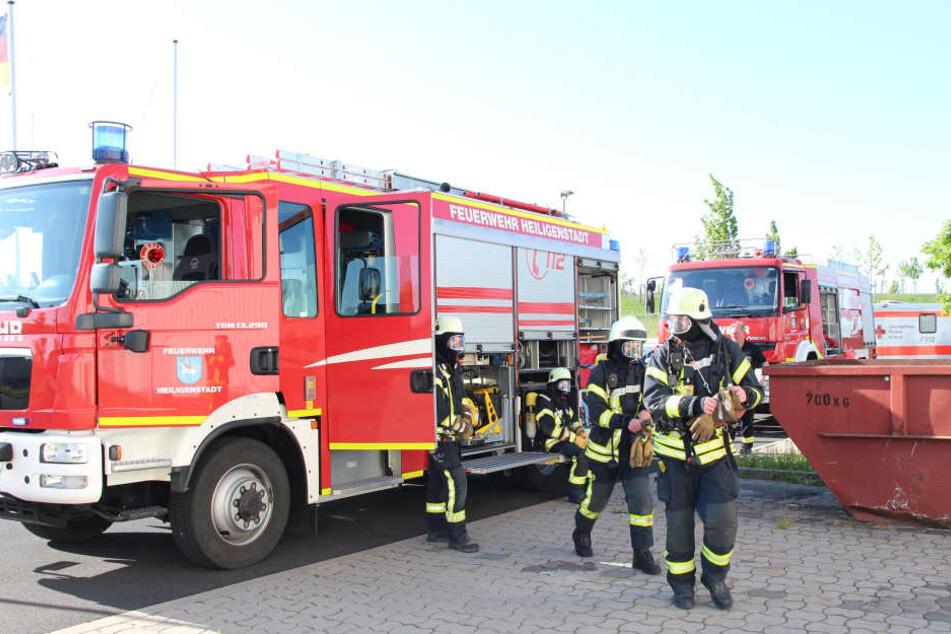 Unter Atemschutz untersuchte die Feuerwehr das Gebäude.