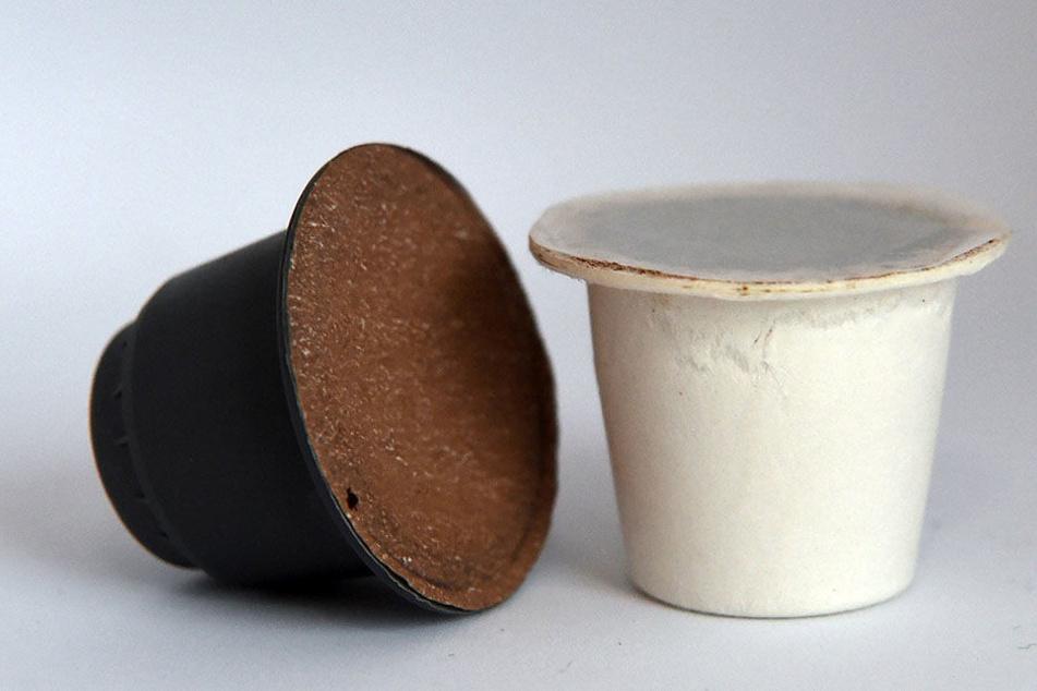 Eine Kaffeekapsel aus Papier (re.) und eine aus biologisch abbaubaren Plastik des Bremer Herstellers Velibre. Die Kaffekapseln aus Papier sollen die weltweit ersten sei, die in Nespresso-Maschinen funktionieren.