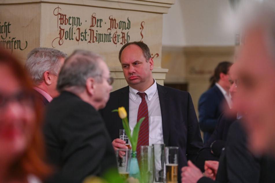 OB Dirk Hilbert (47, FDP) schaute sich im Ratskeller bei einem Empfang schon mal probeweise um.