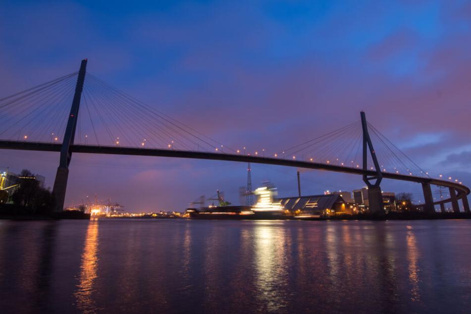 """Blick während der """"blauen Stunde"""" auf die Hamburger Köhlbrandbrücke über die Elbe."""