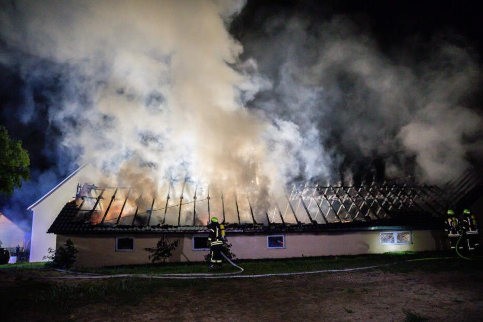 Rauch steigt von der Scheune in Brauna auf.