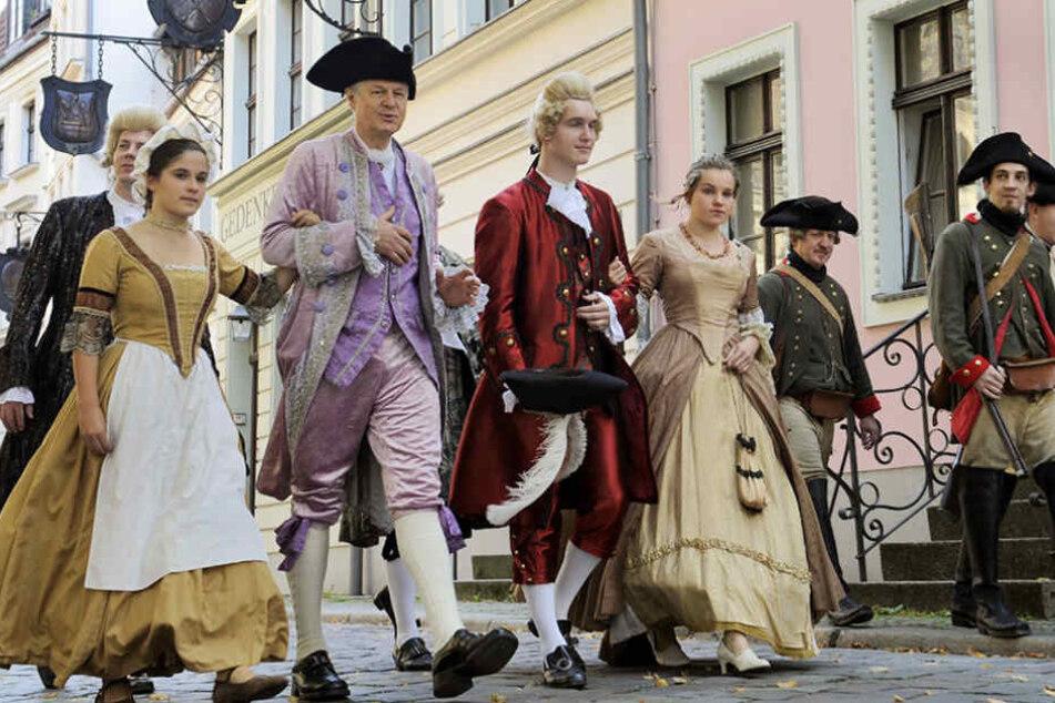 In prunkvollen Kostümen ziehen am Wochenende Künstler durch das Nikolaiviertel.