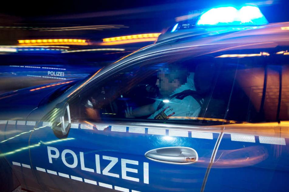 Die Polizei war schnell vor Ort. Der Angreifer ließ sich widerstandslos festnehmen (Symbolbild).