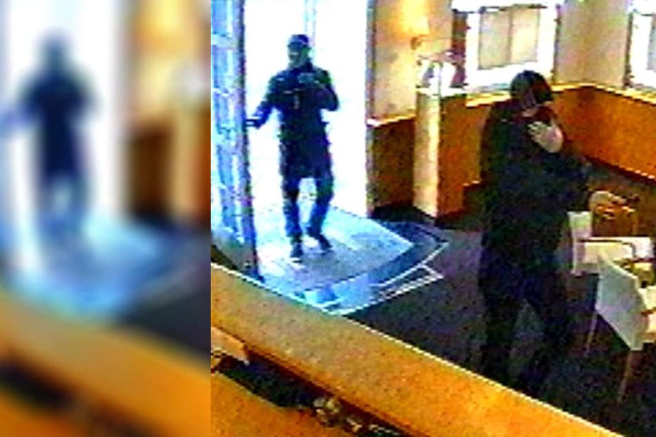 Beide Männer betreten den Laden, einer der beiden zückt eine Waffe.
